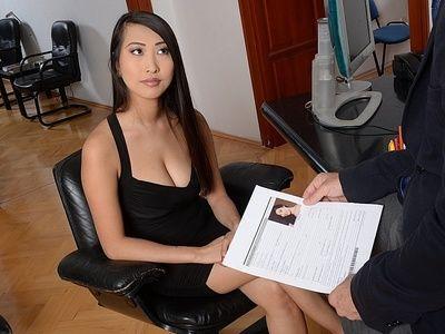 темный черноволосый Азии красотка Шарон Ли Делает уверен она это В Большинство Желательно Во время Интервью