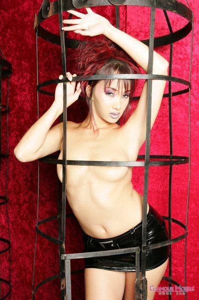 apretado cuerpo Coqueta Asiático modelo Katsumi Plantea en apretado látex Mini Falda y desnudo