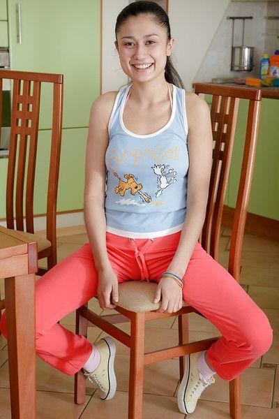 Восточная соло девушка черный Азии оскалив Крошечные сиськи и Зад в кухня