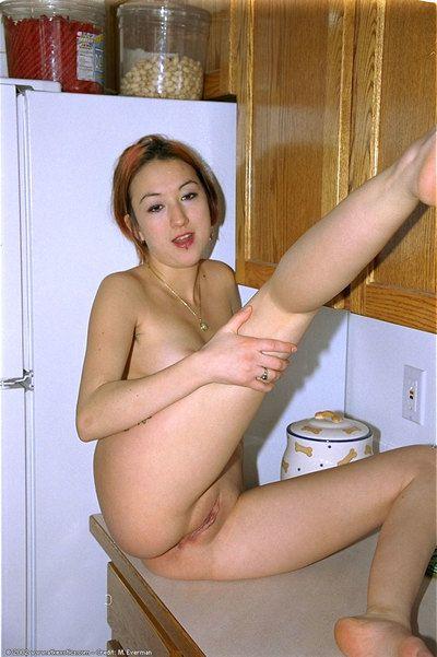 Азии Любительское Хейзел Раскрывая пирсинг соска и лысый Пизда в кухня