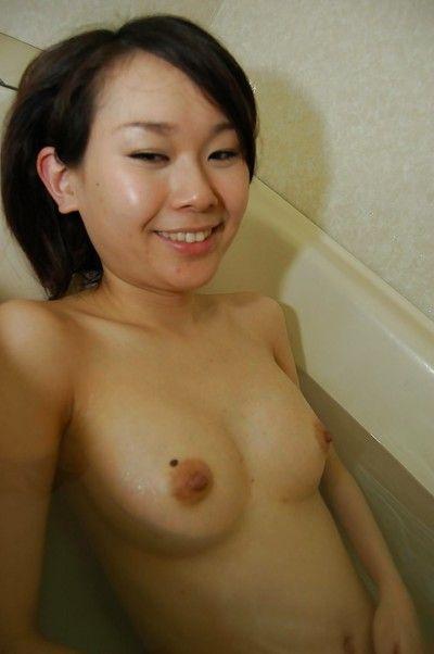 एशियाई काले बाल वाली बेब Mayu Takagi दर्शाता है उसके छोटे स्तन और गांड