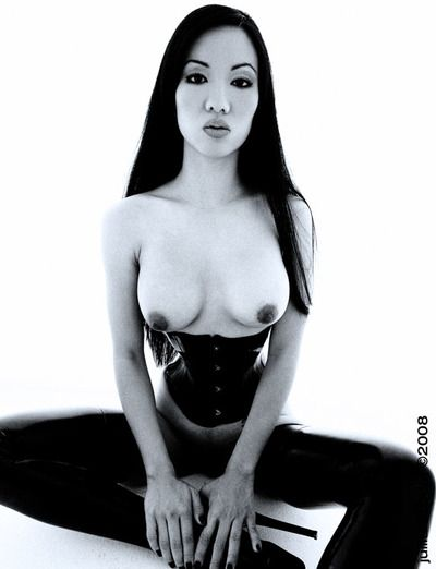 एशियाई जेड लोमडी में जांघ उच्च लेटेक्स जूते और कोर्सेट बनाता है कोई गुप्त के उसके स्तन और छीनना