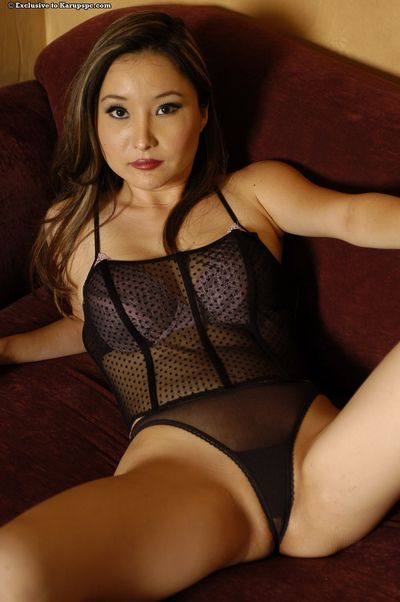 Asian milf babe Lacey Tom reveals her amateur ass in lingerie