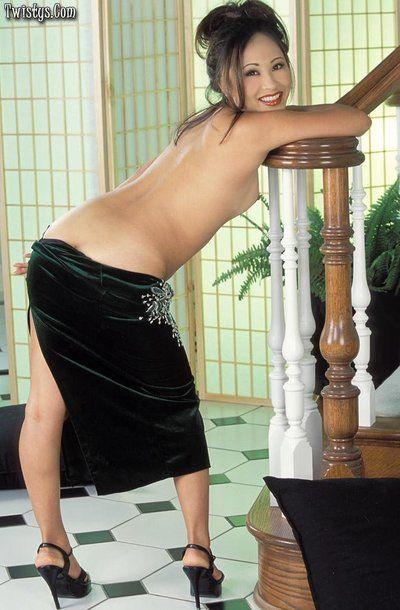 kinky Posen aus Lüsternen Asiatische Lisa Lin Fingersatz und liebäugelt Ihr Natürliche buschig Biber