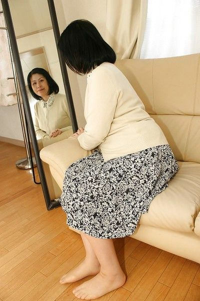 Азии Мамаша Toyomi Фуру показывает нам ее Милые wideopened Влагалище