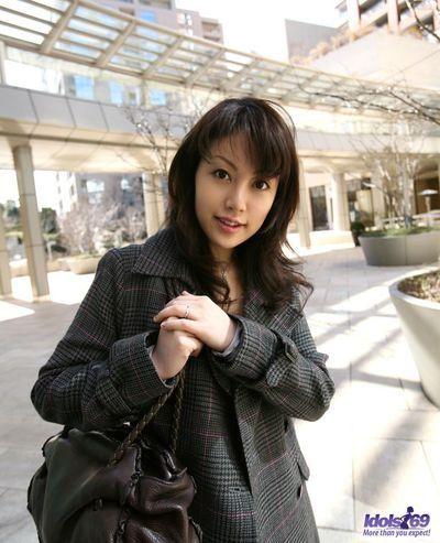 Милые темный черноволосый японский малыш Томока Кумиры пользуется в Показывая офф ее сексуальная Зад и киска