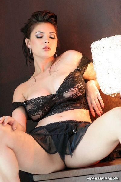Hot pornstar Tera Patrick vaunting her big boobs & bare pussy in high heels