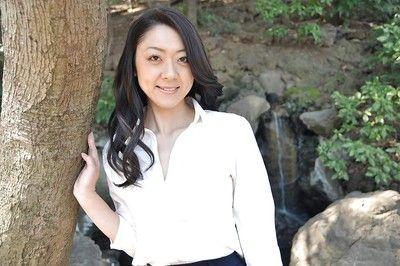Азии Мамаша Саеко Кодзима это демонстрируя ее Зад а открытый