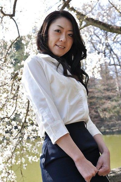 亚洲 摩洛伊斯兰解放阵线 晚上 小岛 是 展示 她的 屁股 同时 室外