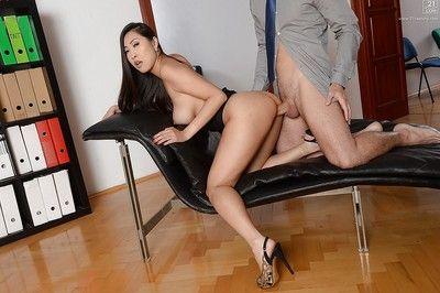gros seins Asiatique secrétaire Sharon lee des écarts de élégant les jambes pour oral Sexe