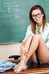 sexy studentessa Alina Li è in posa in Il suo Occhiali su un tabella