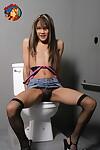 petite Asiatique adolescent Kitty suce off Un bite via Un Gloryhole dans Salle de bain décrochage