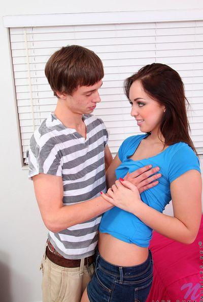 นี่ petite เพิ่ม ต้อง ได้หน้าบึ้งกันจั ผมสีน้ำตาล วัยรุ่น นี่ กำลั abysm เพศสัมพันธ์ แช่ คน แปรง เป็นแฟนกัน ยู่แต่ในบ้าน